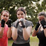 Boksen tegen bokszak vrouwen
